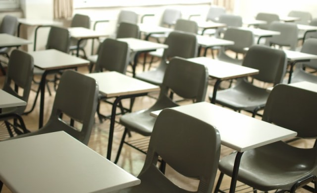 По-малко от 1% от учителите са под карантина заради COVID-19