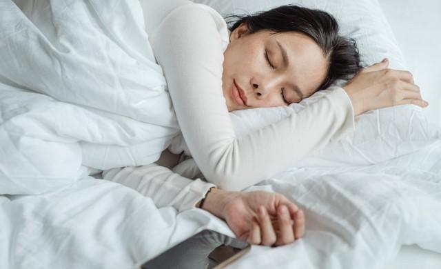 Опасно ли е за здравето спането с телефон до главата?