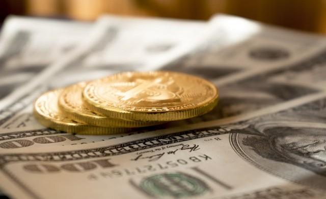 Цената на златото падна до петседмичен минимум, доларът поскъпва