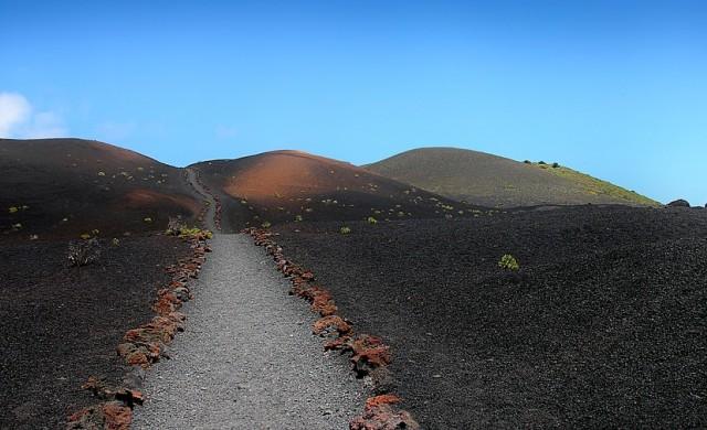 Вулканът на Ла Палма погълна около 100 къщи (видео)