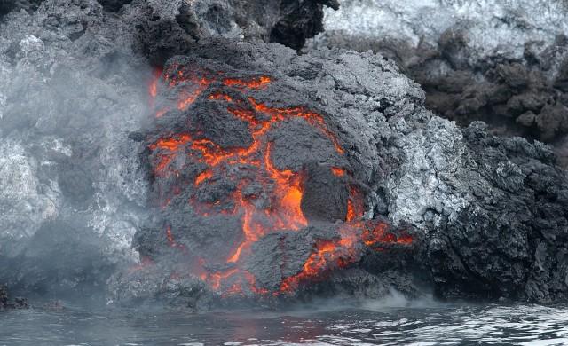 Лава потече от нова пукнатина на вулкана на остров Ла Палма (видео)