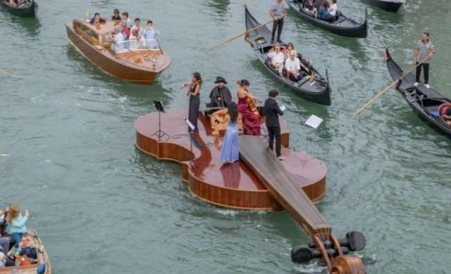 Огромна цигулка преплува Гранд канал с музиканти на борда (снимки)