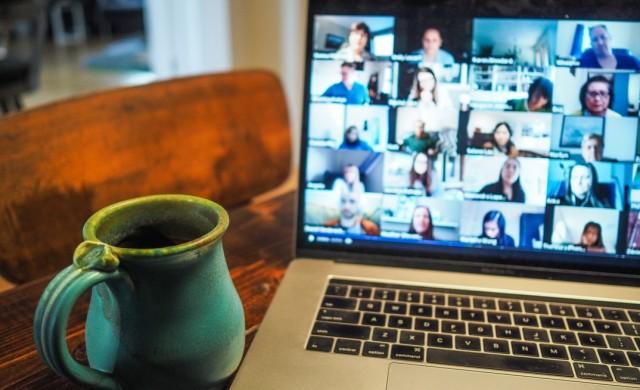 Онлайн заседание на общински съвет стана фон за симулиране на дейност