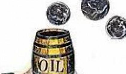 Петролът се задържа малко над 81 долара за барел