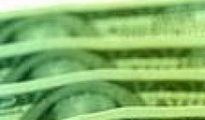 Натискът върху щатската валута остава силен