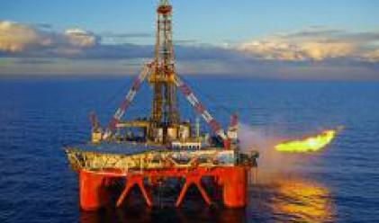 Златото расте заради сигурността, която предлага, петролът пада