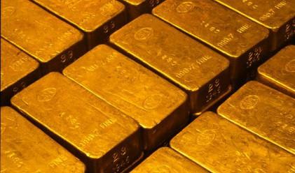 Златото атакува историческия си връх на 1 060 долара