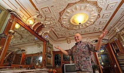 Британец превърна апартамента си в копие на Версай