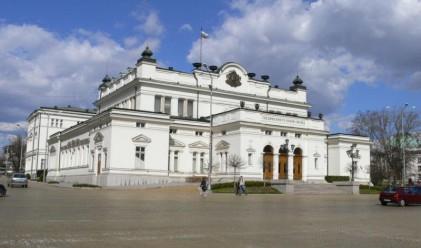 Борисов дойде в парламента, даде автографи и си тръгна