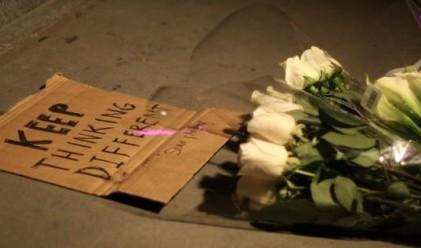 Цветя и свещи пред магазините на Apple в Ню Йорк