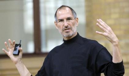 Разграбват черното поло, носено от Стив Джобс