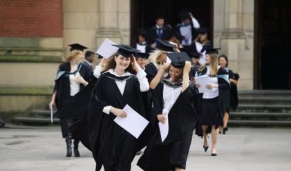 Едва една трета от българите работят по образованието си