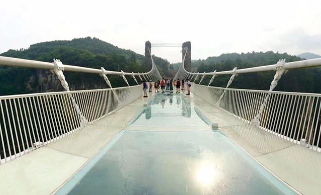 Нов вид ужас: стъклен мост в Китай звучи, сякаш се чупи