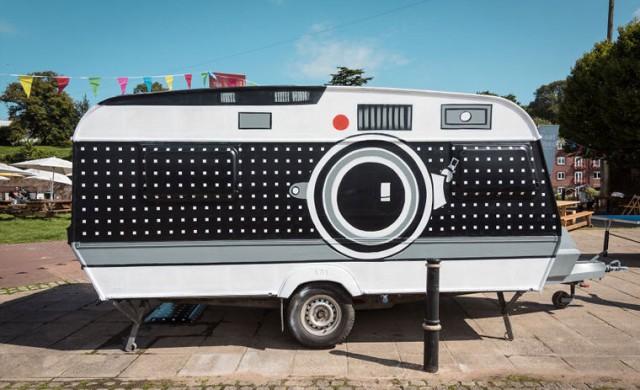 Британец превърна фургон в огромна фотокамера