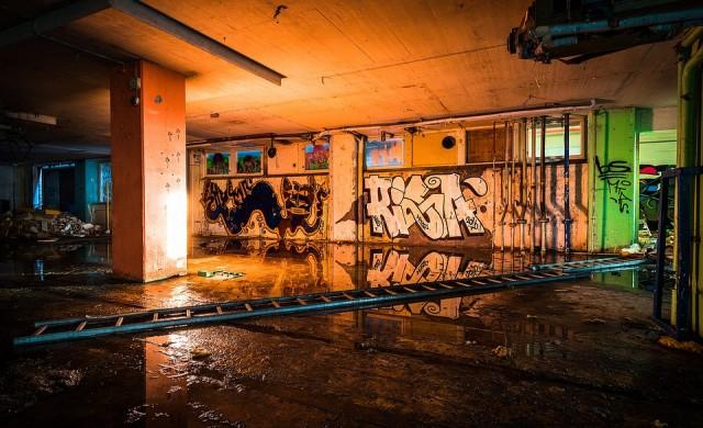 Опасна сграда събарят в София