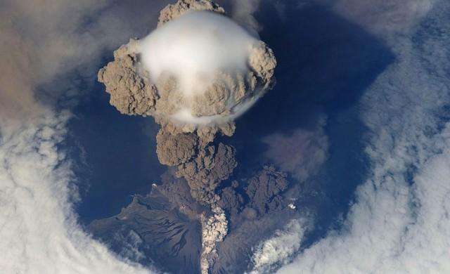 Деца на училище с каски, след като японски вулкан изригна