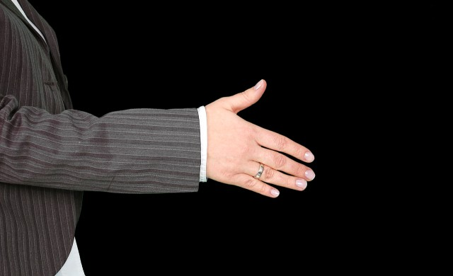 Как работи теорията на шестте ръкостискания