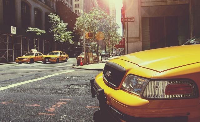 Жена обира банка, детето ѝ чака в таксито