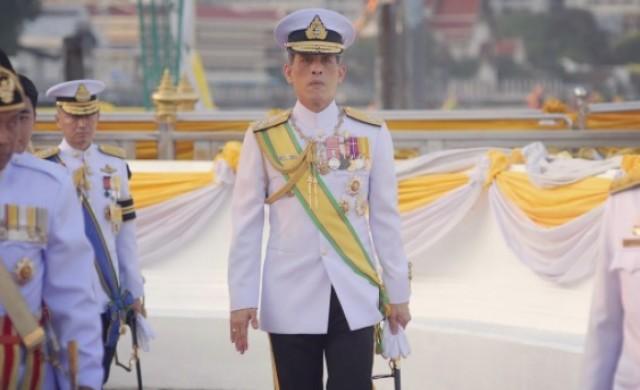 Новият крал на Тайланд изпрати баща си  с жената и любовницата си