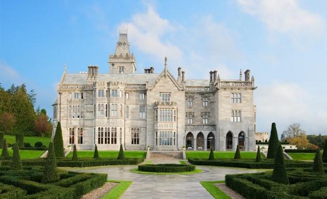 Най-луксозните замъци в света, в които можете да отседнете