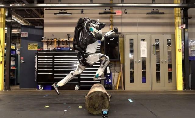 Роботът на Boston Dynamics прави салто и скача (видео)