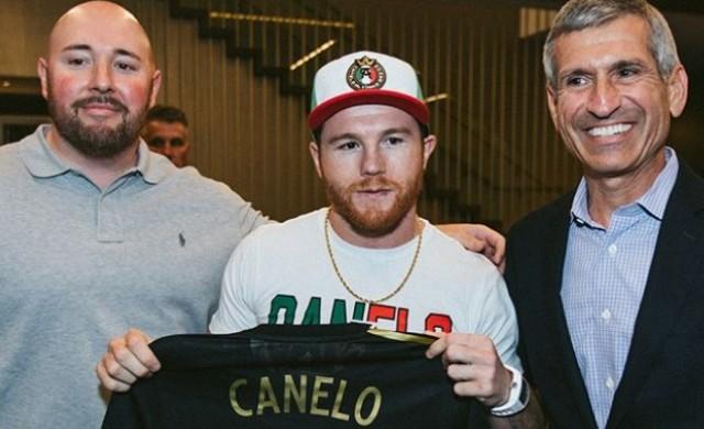 Боксьор подписа най-големия договор в историята на спорта