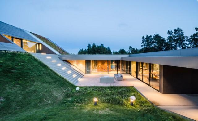 Къща на хълма, която ще ви спечели със зеления си покрив