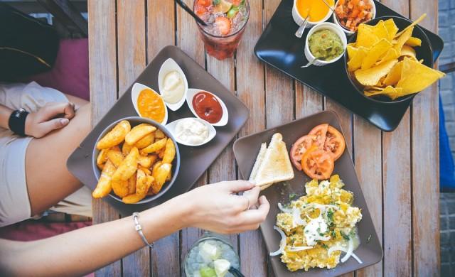 Да отслабваш, докато гледаш как другите се тъпчат с храна