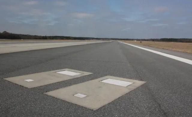 Защо на една от пистите на това летище има два гроба?