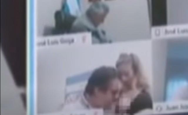 Депутат целуна гърдите на секретарката си на онлайн заседание (ВИДЕО)