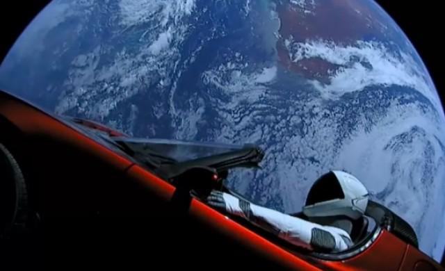 Автомобилът, който Илон Мъск прати в космоса, прелетя покрай Марс