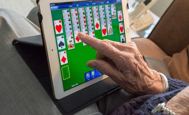 99-годишна испанка пребори COVID-19 и се завърна към компютърните игри
