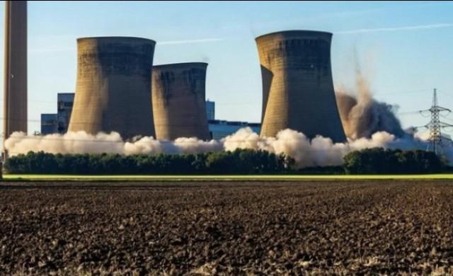 Зрелищна експлозия: Взривиха охладителни кули на електроцентрала (видео)