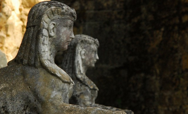 Британци продадоха градинските си статуи. Оказа се, че са от Древен Египет