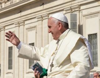 Дете се опита да открадне шапката на папа Франциск (видео)
