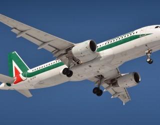 Десетки стюардеси на Alitalia останаха по бельо в центъра на Рим (видео)