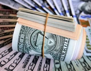Доларът стартира седмицата близо до дъната си за месеца