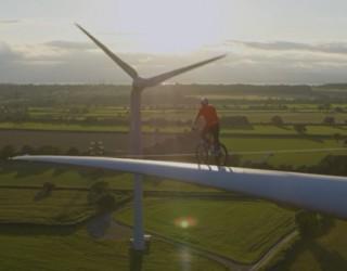 Колоездач подкара велосипеда си по перката на вятърна турбина (видео)