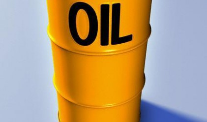 Петролът отстъпва след увеличаването на запасите в САЩ