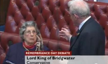 Баронеса на 89 г. показа неприличен жест в британския парламент