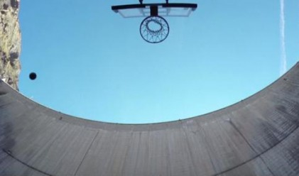 Невероятен баскетболен кош от 162 м височина постави рекорд