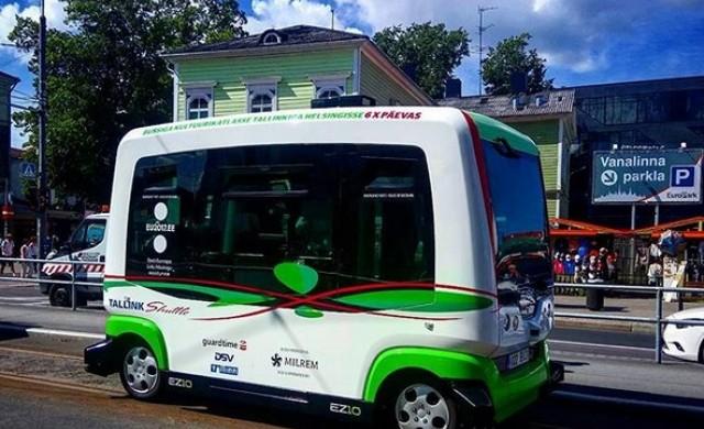 Самоуправляващ се автобус катастрофира още в първия си ден