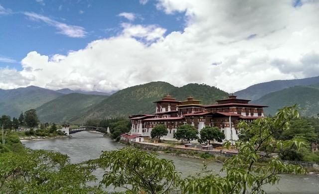 Най-младата кралица в света управлява малък хималайски рай
