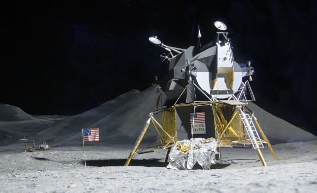 НАСА ще финансира частни полети до Луната