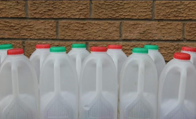 Как се строят пътища от пластмасови бутилки за мляко?