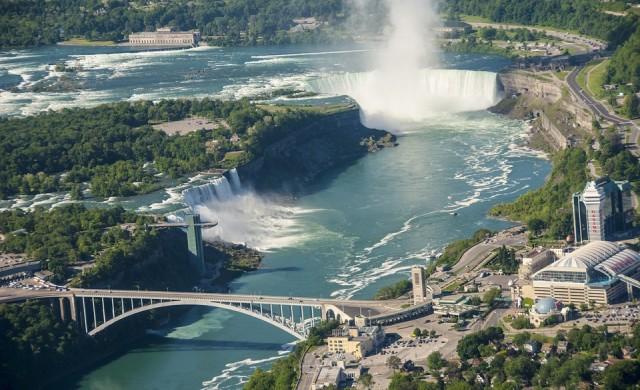 След 101 г.: Кораб, заседнал в Ниагарския водопад, се разпадна
