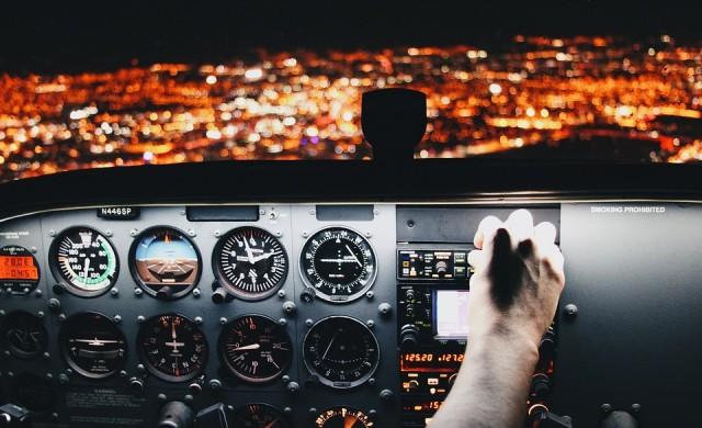 Пилот с доживотна забрана да лети, пуснал жена в кабината