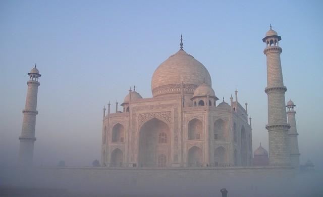 Заради мръсния въздух: Тадж Махал инсталира огромни пречистватели