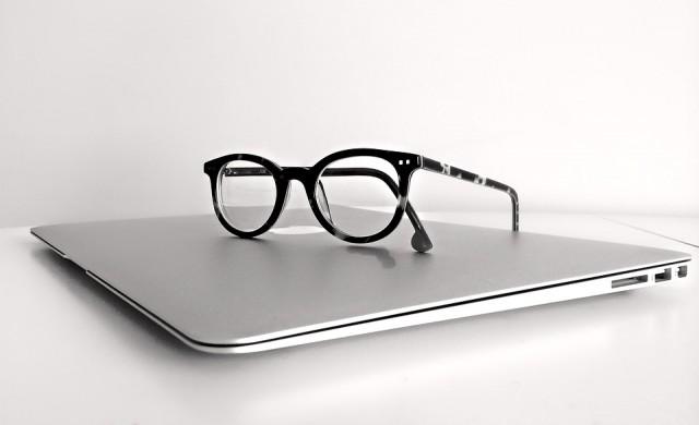Недоволство в Япония заради забрана жените да работят с очила
