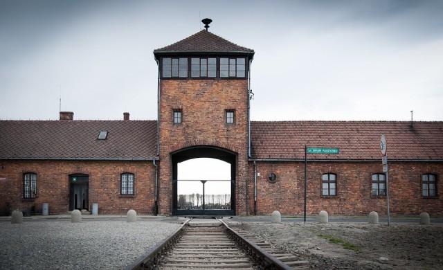 Инстаграмър позира с гумено пате пред Портата на смъртта в Аушвиц